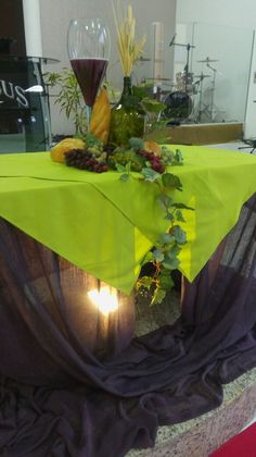 I like how the green table cloths are layed Communion Centerpieces, First Communion Decorations, Retirement Party Decorations, Maundy Thursday Worship, Church Altar Decorations, Altar Design, Holy Thursday, Church Stage, Church Banners