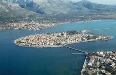 ΑΙΤΩΛΙΚΟ - Η Βενετία της Ελλάδας από ψηλά: Λουσμένη από τα ρηχά, καταγάλανα νερά μια μικρή νησίδα γης, χτισμένη με μέτωπο τον νότο
