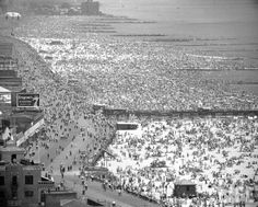 Andreas Feininger - Coney Island, 1949 From Life Magazine, Time/Life Pictures and Getty Images New York Pictures, Life Pictures, Color Pictures, Amazing Pictures, Coney Island, Life Magazine, Old Photos, Vintage Photos, Vintage New York