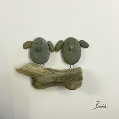Pebbleart birds Pebble Painting, Pebble Art, Stone Painting, Stone Crafts, Rock Crafts, Pierre Decorative, Seaside Art, Pebble Pictures, Stick Art