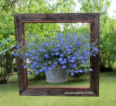 20 Fabulous Art DIY Garden Projects for This Spring - hanging pot flowers in a frame The garden is waking up, and you're in charge! Your garden in this season should be bright, colorful as Spring gifts to us. Here are 20 fabulous DIY Garden Art… Diy Garden Projects, Diy Garden Decor, Art Projects, Garden Decorations, Decor Diy, Home Decoration, Garden Crafts, Project Ideas, Garden Junk