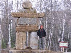 Statue Inukshuk réalisée par l'entreprise Maxhorti, spécialisée en aménagement paysager, dans la région des Laurentides au Québec. Les inukshuks sont des sculptures d'inspiration amérindienne. #Stone #stoneart