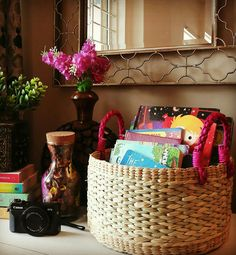 Decorating a console or entryway table. Indian Bedroom Decor, Ethnic Home Decor, Indian Home Decor, Colourful Living Room, Diy Artwork, Cleaning Walls, Home Organization, Organizing, Home Decor Inspiration