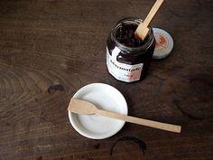 この素朴な形のスプーンは、木工作家〈渡邊浩幸〉の《ジャムスプーン》。  スプーン一本だけで、その場の空気が和んでくる。
