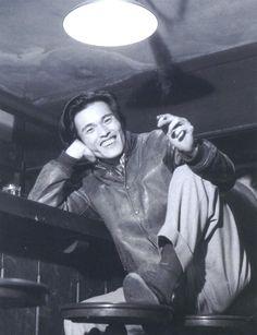 """""""1946年(昭和21年)。銀座のバー「ルパン」での織田作之助です(1枚目)。 これを撮った林忠彦に「おい、オダサクばっかり撮ってないで俺も撮れよ」と絡んできたのが太宰治で、ついでの気持ちで彼を撮ったのがこの有名な写真です(2枚目)。"""""""