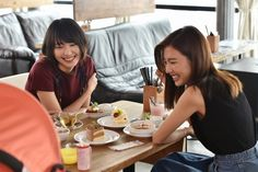 新垣結衣、真野恵里菜「逃げるは恥だが役に立つ」第1話・場面カット(C)TBS