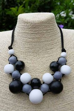 Swart Leather Pearl Necklace, Rope Necklace, Beaded Necklace, Beaded Bracelets, Jewelry Crafts, Jewelry Art, Beaded Jewelry, Jewelry Design, Wooden Bead Necklaces