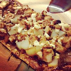 Chicken, Pear & Goat Cheese Flatbread Recipe > #PFITblog #fitfluential #cooking #food