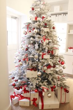 23 Clever DIY Christmas Decoration Ideas By Crafty Panda Frosted Christmas Tree, Flocked Christmas Trees, Beautiful Christmas Trees, Large Christmas Baubles, Christmas Tree Themes, Christmas Mood, All Things Christmas, Christmas Tree Decorations, White Christmas