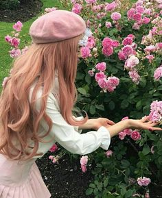 imagem descoberto por 🍥🐰MιssCαһ🐰🍥. Descubra (e salve!) suas próprias imagens e vídeos no We Heart It Aesthetic Hair, Pink Aesthetic, Natur Wallpaper, Photographie Portrait Inspiration, Girls With Flowers, Pink Flowers, Princess Aesthetic, Dream Hair, Ulzzang Girl