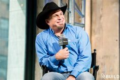 Garth Brooks has priceless reaction to Ashton Kutcher performing 'Friends in Low Places'