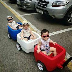 Daehan Minguk Manse ❤ ~ cause this way he avoid kids fights haha Superman Baby, Korean Babies, Asian Babies, Asian Kids, Cute Kids, Cute Babies, Chubby Babies, Song Il Gook, Triplet Babies