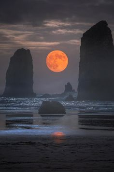 "modern-vibe: "" a_guy_named_eric Cannon Beach, Oregon "" Nature Pictures, Beautiful Pictures, Cannon Beach Oregon, Image Nature, Nature Nature, Shoot The Moon, Moon Photography, Travel Photography, Good Night Moon"