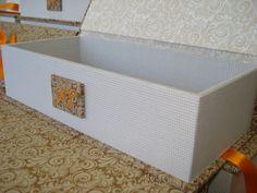 Reedição da caixa para padrinhos com monograma bordado.