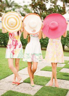 Madrinhas de chapéus e vestidos coloridos. Perfeitas para um casamento diurno. CF10