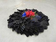 Titel:  Hands on. Materiaal: textiel Afmetingen: doorsnede 1 m, hoogte 0.20m. Kunstenaar: Jacqueline van Bergeijk
