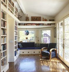 Home Library with a Relaxing Window Seat. See more at Home and Garden Design Ideas. Deco Design, Design Case, Home Library Design, House Design, Library Ideas, Library Room, Dream Library, Cozy Library, Mini Library