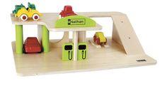 Un petit garage en bois qui propose de nombreux équipements : rampe d'accès, pont élévateur, pompes à essence, coin boutique…