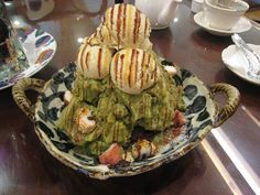 green tea patbingsu: shaved ice, red beans, rice cakes, green tea blended with ice and milk, vanilla ice cream, and a caramel syrup. Patbingsu, Ovo Vegetarian, Red Beans, Tea Blends, Rice Cakes, Photo Essay, Vanilla Ice Cream, Daydream, Scream