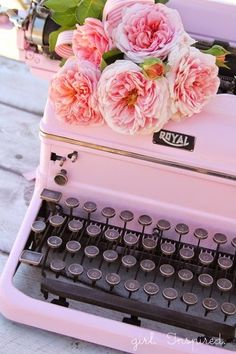 Typewriter Makeover Pink vintage typewriter and flowers. I really want a vintage typewriter. Possibly a Christmas gift.Pink vintage typewriter and flowers. I really want a vintage typewriter. Possibly a Christmas gift. Pretty In Pink, Pink Love, Pretty Roses, Pretty Pics, Perfect Pink, Cute Pink, Diy Vintage, Vintage Stil, Vintage Pink