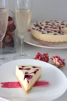 Valkosuklaa-mustaherukka moussekakku – Yummy Baker Cheesecake, Brunch, Food And Drink, Sweets, Desserts, Healthy, Sweet Pastries, Gummi Candy, Cheesecakes