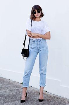 talisa sutton, t-shirt branca, calça jeans mom cintura alta, como usar mom jeans, bolsa a tiracolo preta, scarpin preto, óculos rayban, óculos redondinho