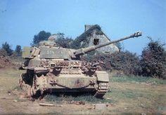 Подбитый немецкий танк Pz.Kpfw. IV не ранее мод. G, Франция, 1944 год. Перед танком лежит унитарный осколочно-фугасный выстрел Sprgr.34 (масса 8,71 кг, ВВ - аммотол) к 75-мм пушке  KwK.40 L/48
