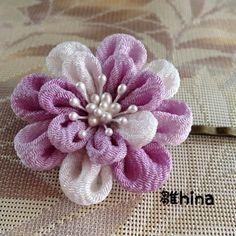 浴衣にぴったりな<つまみ細工>のヘアピンです。上品で清楚なイメージに仕上がりました。正絹を使い、ふんわりと柔らかな質感の上質な髪飾りです。お花に直径は4センチ...|ハンドメイド、手作り、手仕事品の通販・販売・購入ならCreema。 Cloth Flowers, Diy Flowers, Fabric Flowers, Flower Diy, Wonderful Flowers, Japanese Flowers, Kanzashi Flowers, Ribbon Work, Hair Ornaments