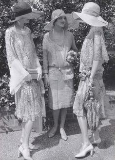 beautiful fashion models, 1926 - photo by Edward Steichen for Vogue.Three beautiful fashion models, 1926 - photo by Edward Steichen for Vogue. 1920 Style, Style Année 20, Flapper Style, Mode Style, 1920s Flapper, Gatsby Style, Vintage Style, Flapper Girls, Moda Vintage