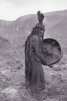 historicaltimes: Mongolian shaman, c. 1909