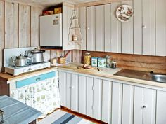 ENKELT: Det kan bli utsøkt hyttemat på et enkelt lite kjøkken. Kjøkkenet er selvlaget, og her står kun et gassbluss og et lite gassdrevet kjøleskap.
