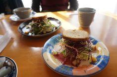 「ひなたぼっこ」ランチのサラダ。ベリー系の甘酸っぱいドレッシングを使っていました!