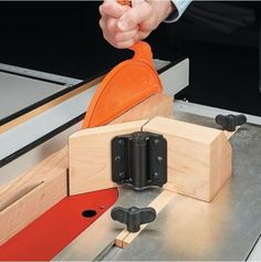 Table saw self adjusting feather board. (Storm Door hinge) #woodworkingbench #woodworkingtips