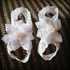 PICTURE ONLY - Diy barefoot newborn sandals- 9 inches of elastic lace (or ribbon) for each shoe formed into a figure 8 and secured with hot glue. Flower or whatever embellishment you like hot glued on top! Can't wait for baby Ariana to get here! Baby Sandals, Bare Foot Sandals, Baby Booties, Baby Shoes, Baby Barefoot Sandals Diy, Booties Crochet, My Baby Girl, Baby Love, Ribbon Shoes