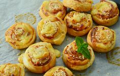 Looking for the best puff pastry out there? Look no further, you've found the bacon and cheddar puff pastry! Easy to make, easy to bake. Vol Au Vent, Cheddar, Food Inspiration, Waffle, Bacon, Clean Eating, Muffin, Favorite Recipes, Snacks