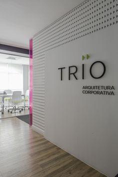 Recepção da nossa casa #office #reception #architecture #recepção #trioarquitetura #escritorio #arquitetura #color #wood #vinilico