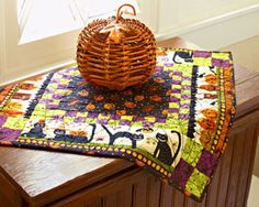 Free Fat Eighth-Friendly Quilt Patterns-Halloween table topper Halloween Candy Crafts, Halloween Quilts, Halloween Table, Halloween Halloween, Halloween Decorations, Halloween Sewing, Halloween Projects, All People Quilt, Halloween Borders