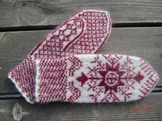 Ravelry: Project Gallery for Anundsjövante pattern by Solveig Larsson Knitted Mittens Pattern, Crochet Mittens, Fingerless Mittens, Knitted Gloves, Knit Crochet, Knitting Charts, Knitting Socks, Fair Isle Knitting, Hand Knitting