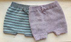 Til de små søde babyer har jeg designet disse dejlige bløde Bloomers, som er super anvendelige og praktiske. De kan på grund af deres brede model med bindebånd, samt den elastiske kvalitet, bruges over en rigtig lang periode. Jeg er derfor sikker på at de bliver en favorit til alle jer småbørnsfoældre. Og så tager de Cloth Diaper Covers, Cloth Diapers, Baby Knitting Patterns, Knitting Yarn, Crochet Baby, Knit Crochet, Baby Bloomers, Diy For Kids, Crochet Projects