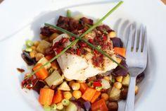 Torsk med ovnsbakte rotgrønnsaker, kikerter, bacon og chilismør - TRINEs MATBLOGG