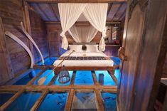 Eigentlich müsste ich ja seit meinem Roman mal nach Bali reisen. Eine traumhafte Unterkunft hätte ich schon einmal gefunden. Das Bambu Indah am Rande von Ubud bietet alles: Schwimmende Fische unter dem Hüttenboden, traumhafte Holz-Verarbeitungen in den Wohnräumen und tolle Ausblicke. Kostenpunkt: 60 bis 400 US-Dollar