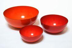 looooove these orange enamel bowls. hot.