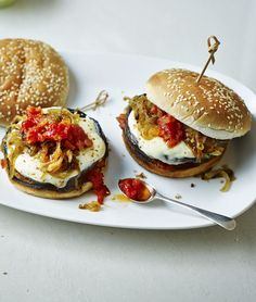 Large flat mushrooms filled with melty mozzarella make the perfect vegetarian burger, slathered in homemade tomato relish. This is designed to be a low cost recipe. Burger Recipes, Vegetarian Recipes, Veg Recipes, Savoury Recipes, Chickpea Burger, Veggie Burgers, Vegetarian Burgers, Veggie Bbq, Tomato Relish