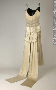 Dress (back view) Lucien Lelong 1928 Fibre: silk (satin, chiffon, embroidery); 1920 Style, Style Année 20, Flapper Style, 1920s Fashion Women, 30s Fashion, Art Deco Fashion, Fashion History, Vintage Fashion, Fashion Design