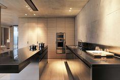 Die Küche hat Kochstudioqualität, hier lässt sich über die offene Wohnebene die Essenszubereitung mitverfolgen | Marte Marte ©Bruno Helbling, Zürich