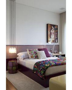 No quarto, projetado pelo arquiteto Diego Revollo, o uso do roxo e lilás é uma opção para fugir do bege e branco. A composição do criado e luminária de um lado e apoio e pendente do outro, apesar de assimétrica, é equilibrada, graças a posição do quadro. A estrela da cama é uma manta típica comprada no México (Foto: Marco Antonio) @diegorevollo #quarto #bedroom