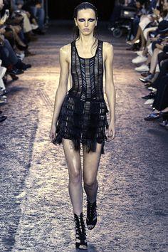 Julien Macdonald Spring 2016 Ready-to-Wear Fashion Show