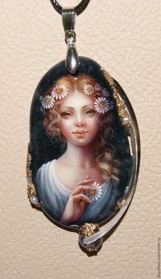 Купить или заказать кулон 'Ромашки' в интернет-магазине на Ярмарке Мастеров. Масляная живопись. Оформление- перламутр, жемчуг.