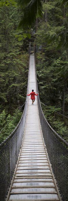 Un momento solitario en el puente colgante de Lynn Canyon en el norte de Vancouver