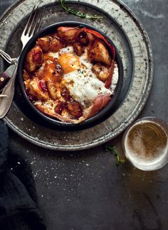 Patatas bravas con huevos y jamón
